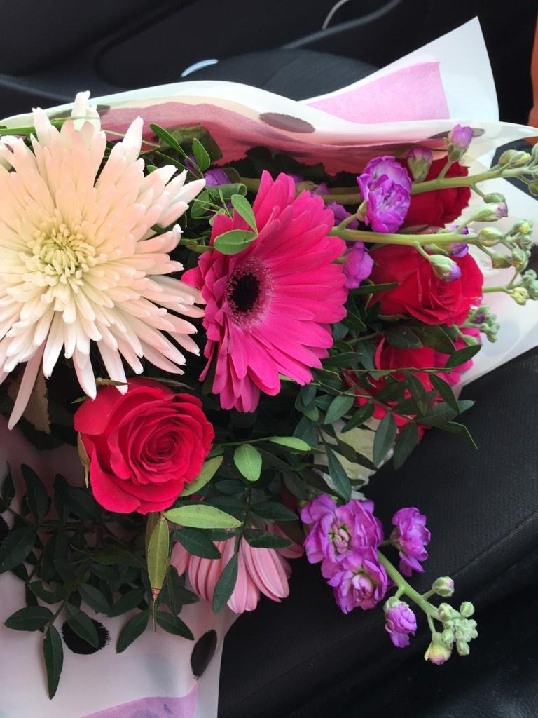 Phone sorted, shoppin done now home 2pack then off 2 the airport! Picked up flowers for the best mother in the world http://t.co/RQgDKdsKAk