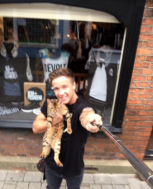 RT @PrinceEssex: Meow @samcallahan94 I like our SELFIE outside @Fusey_ #FUSEY http://t.co/fYuZnf3wGz