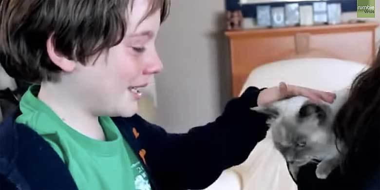 Kids Emotional Reunion With Their Missing Cat http://t.co/e0Tqm1KiEU http://t.co/fE0p8kltGe