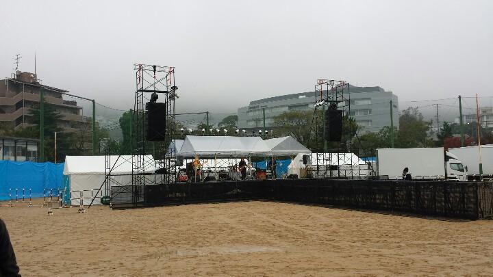 【フリーライブ】 グッドモーニングアメリカ 「六甲祭」in 神戸大学 六甲台キャンパス ただいまリハーサル中!! 野外解放感たっぷり~♪ 入場無料!整理券なし!16時開演! 雨もほぼ降ってません。 あっ、カッパは忘れずに~ http://t.co/RPbL2qwhiZ