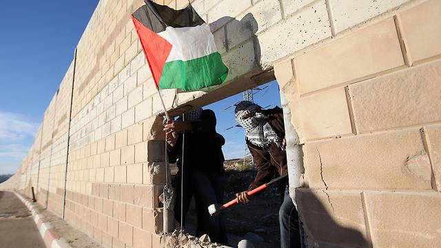 25 years after the #BerlinWall, #Palestinians break open Israeli wall in act of symbolism: http://t.co/WdsnycSXZt http://t.co/OjDIaDS0Fo