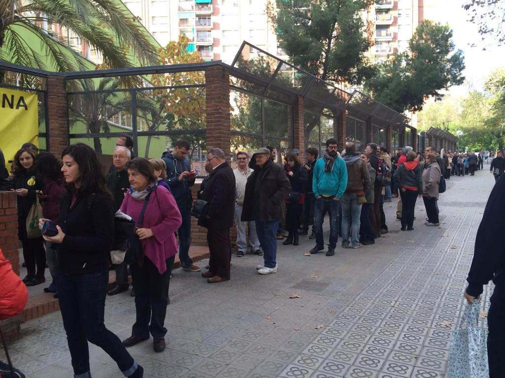 Cues a La Pegaso. Barcelona. #HemVotatHemGuanyat #9NCatRàdio #9nSantAndreu http://t.co/FE4eI2fA5G