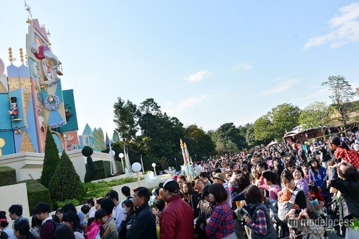ディズニー、終了決定のクリスマス限定「イッツ・ア・スモールワールド」開催初日に行列