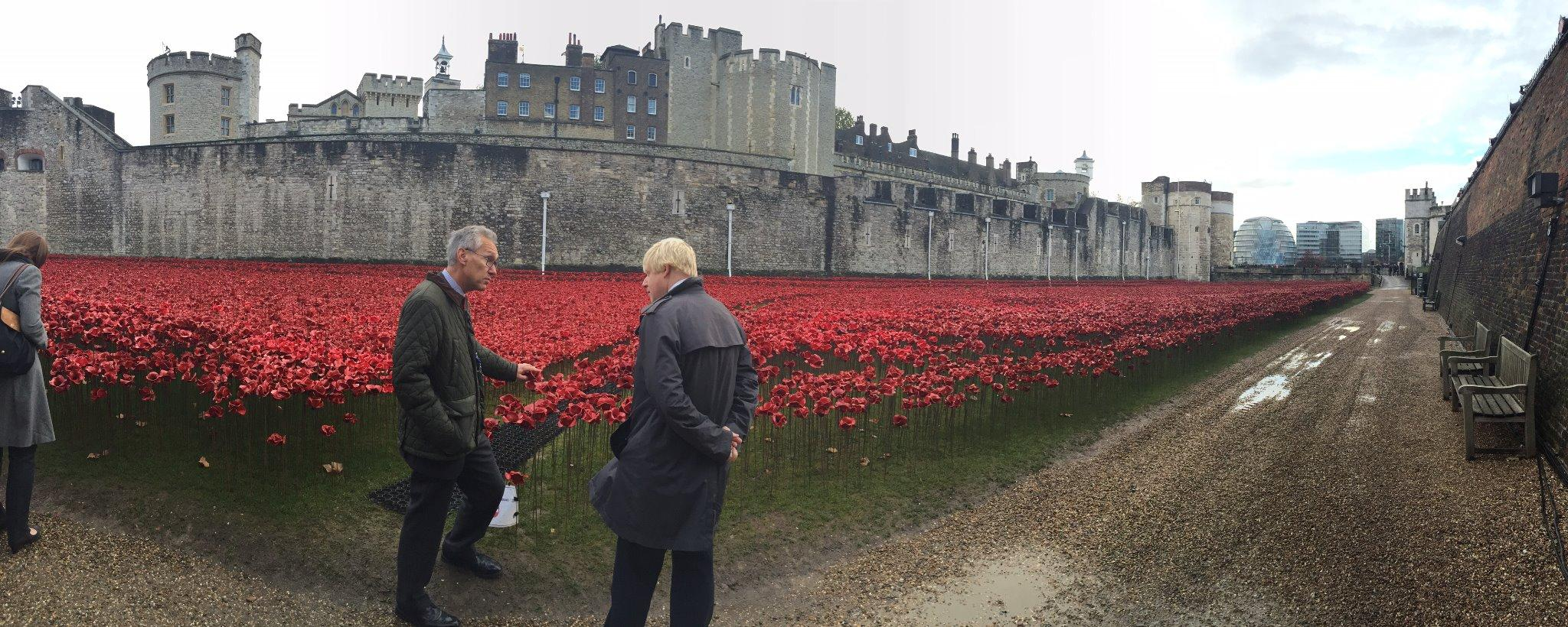 Beforehand I went to look at the poignant Blood Swept Lands and Seas of Red at @HRP_palaces Tower of London http://t.co/dWUV73TzUO