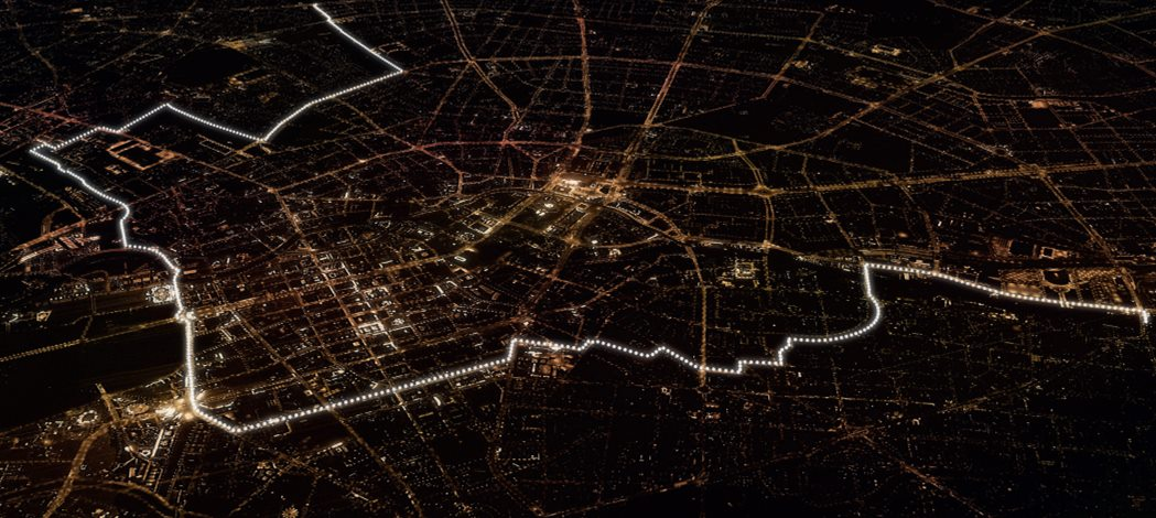 Tonight #Berlin is divided again… ...by balloons lighting up route of the former #Wall via @schmidtsdorf #Lichtgrenze