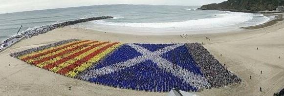 Espectacular el mosaic amb paraigues a Donosti VÍDEO  http://t.co/Q6EqyQ2Upi http://t.co/fESw0RwKzQ