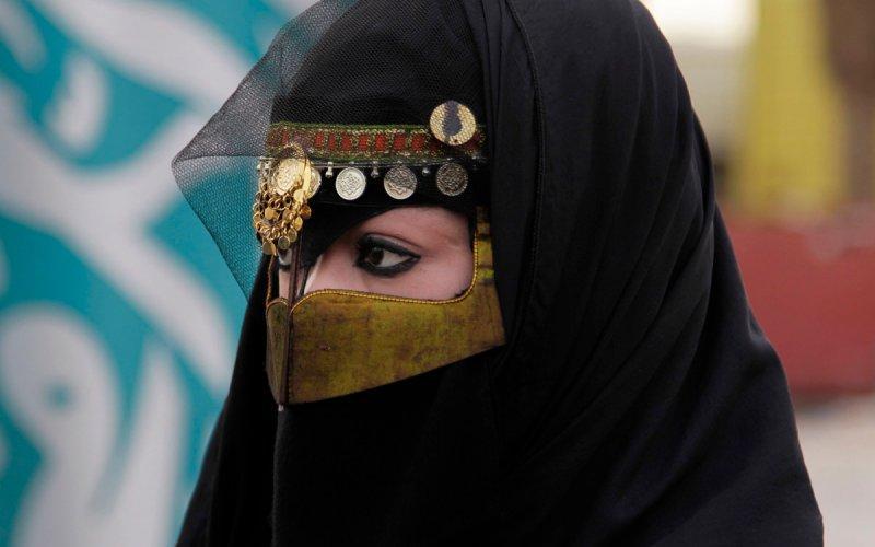 """Saudi Arabia outlaws """"tempting eyes"""" http://t.co/82WO5LYZuF http://t.co/ZiYZi1shew"""