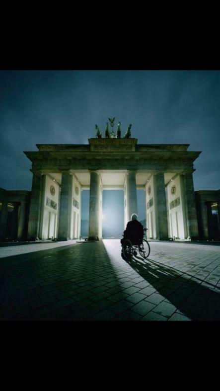 Helmut Kohl in front of the Brandenburg Gate, 25 years later. #FallOfTheWall25 #Maurfall #Berlin via @Bild http://t.co/MB7uHY7Cdc