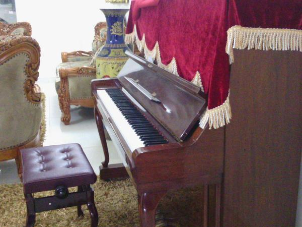This piano really reminds me of Rosemary, for that important character was playing piano in the movie. #ais8giver http://t.co/A2jQRDS2qM