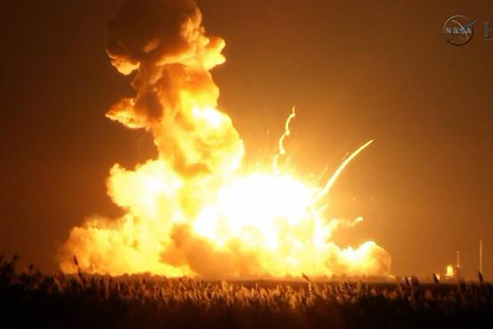 米無人ロケット、打ち上げ直後に爆発-NASAの民間委託に打撃 on.wsj.com/1wLrDPB(NASA TV/AP) pic.twitter.com/z7w1eNllW4