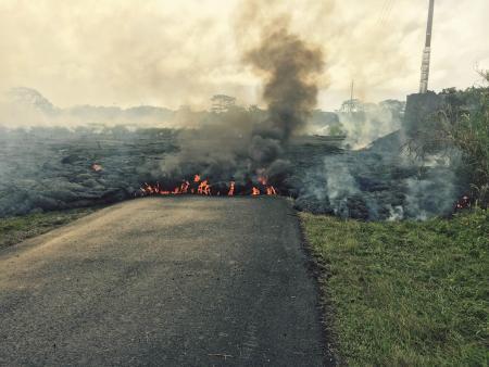 スライドショー:ハワイ島で溶岩が住宅地に迫る  bit.ly/1pWO1hx pic.twitter.com/En2Ek409pJ