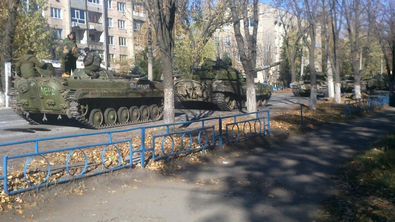 Из РФ в направлении Красного Луча переброшено 32 танка, 16 гаубиц и 30 КамАЗов с боеприпасами и террористами, - СНБО - Цензор.НЕТ 9637