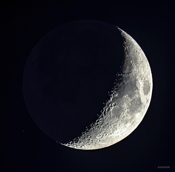 本日宵、宇宙ステーションの通過を見ながら撮影した月です。あさって上弦となります。 pic.twitter.com/lfUaE314Tl