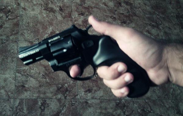 Que se compró una pistola para ir tirando.  microcuento e4a89bbe102