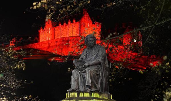 Fabulous photography of Edinburgh Castle in Poppy Red ! @poppypride1 @PoppyLegion @poppyscotland superb! #PoppyAppeal http://t.co/Dx34CFkslZ