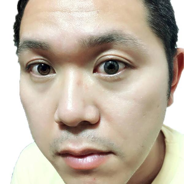 ホームレス小谷さんのエンジェルカラーワンデースポットライトグレー装着画像顔アップ