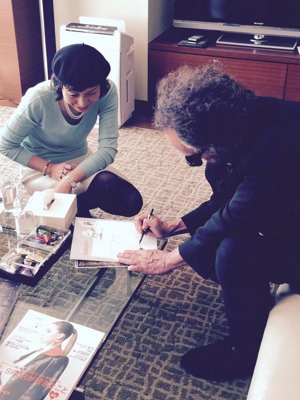 ティム・バートン監督来日。明日は東京映画祭、11月1日からは森アーツセンターギャラリーで「ティム・バートンの世界」展、新年1月には新作『ビッグ・アイズ』公開と、バートンファンにはたまらない怒涛のアート攻撃。本日も絵を描いてくれてます! http://t.co/cF3YKgCMve