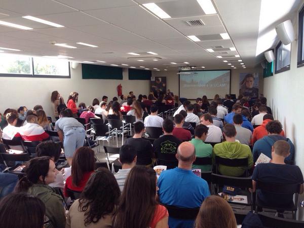 Los alumnos llegan al salón de actos para el inicio de la Jornada Informativa Universitaria en el Campus de Cartagena http://t.co/QS6GbGahpm
