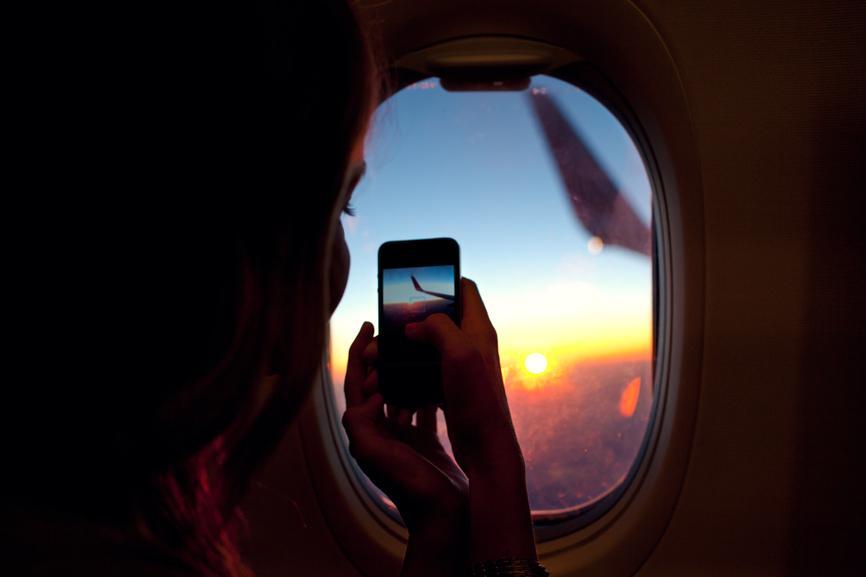 зеркальном картинка человек сидит у иллюминатора самолета умолчанию, ракурс
