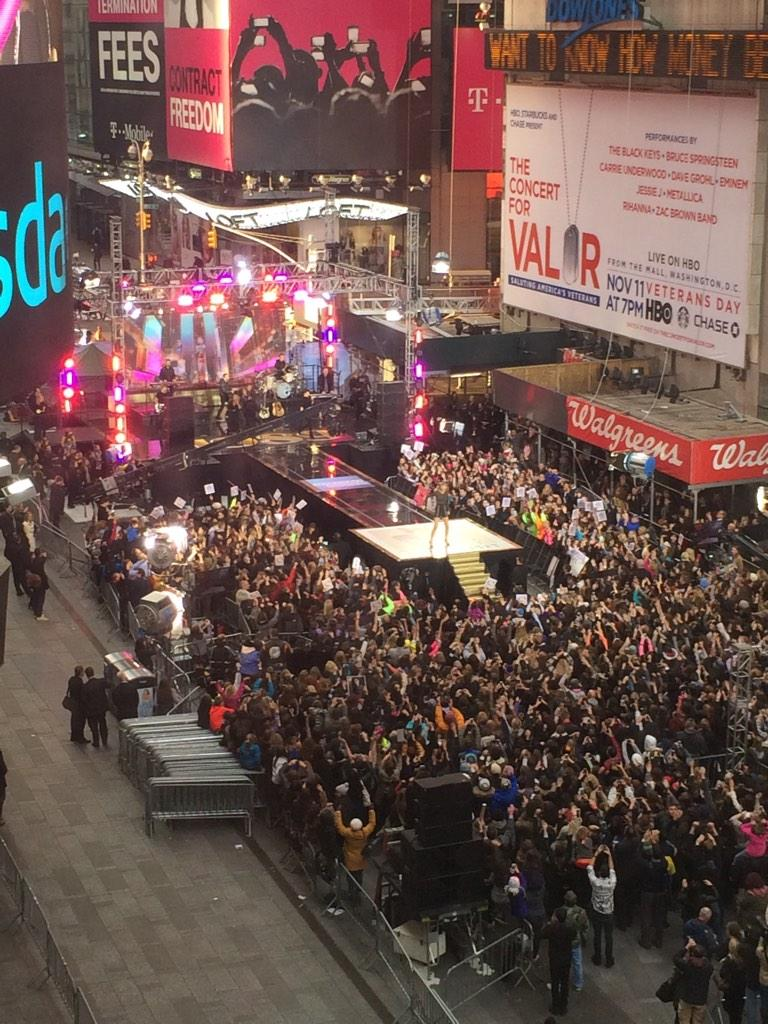 Not a bad way to kick off the morning. Scene outside our NYC office. @taylorswift13 @GMA #TaylorOnGMA http://t.co/KgCYHCy39T