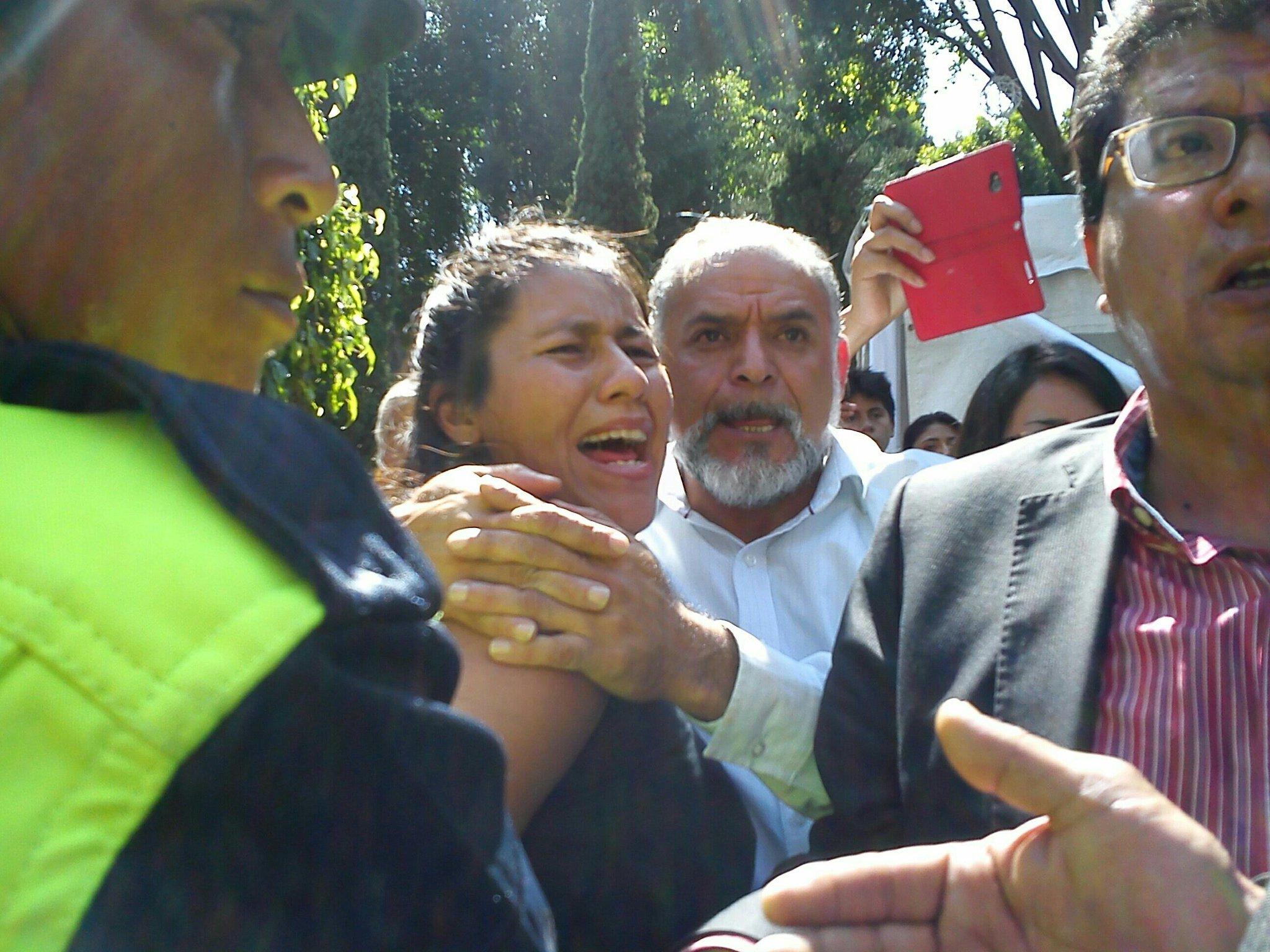 Policía intentan detener a la activista del MAS Irene Herrera en pleno zócalo