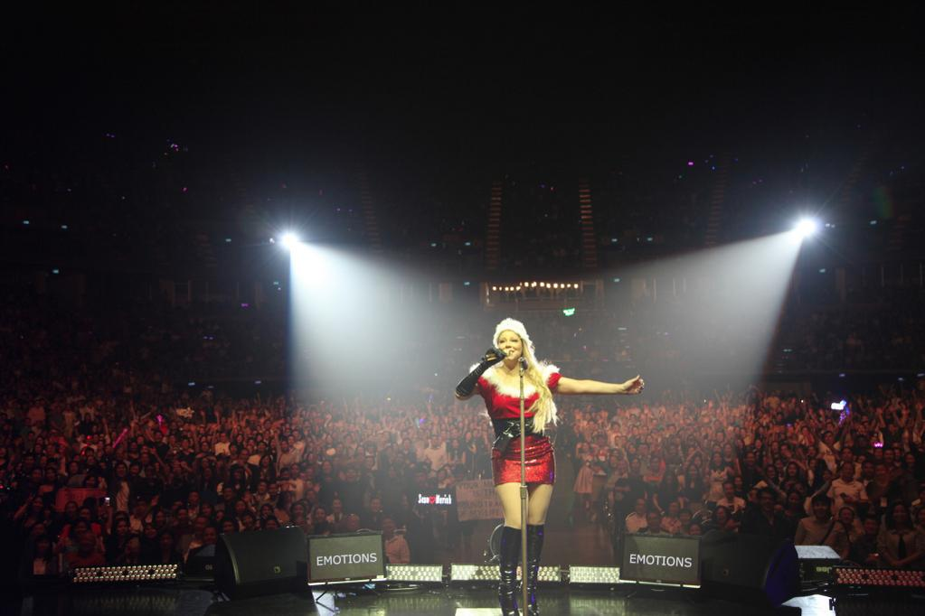 ON STAGE RIGHT NOW: Mariah celebrates Halloween as Mrs. Claus with a sold out audience in Bangkok, Thailand! http://t.co/LETg3NgdYK
