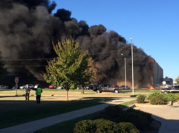 BREAKING UPDATE: Crews say a twin-engine plane has hit a building at Wichita's Mid-Continent Airport. @airlivenet http://t.co/lq2orquapt