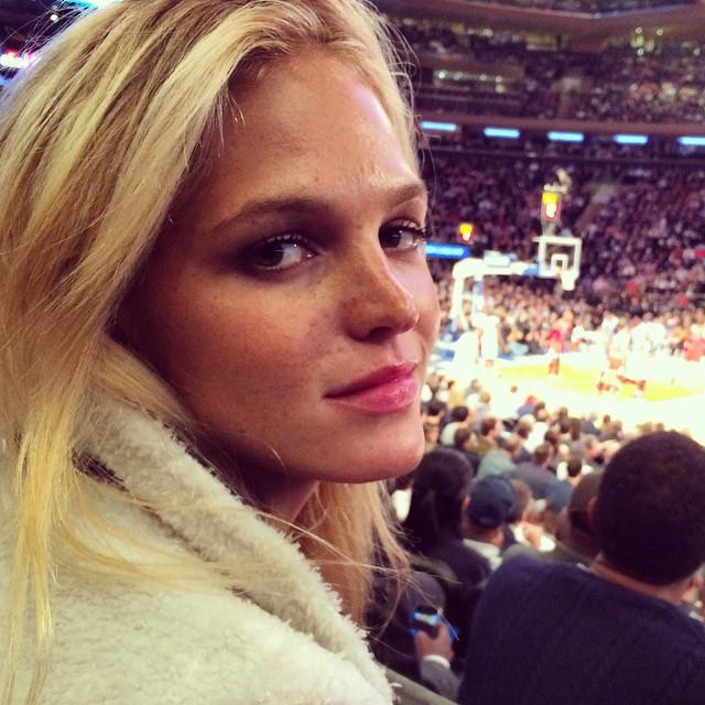 Loving this!! Season opener at home vs my hometown team @chicagobulls @nyknicks so torn 🙈😁❤️🏀Go Bulls!!!!😝 http://t.co/J4keEnvxDX