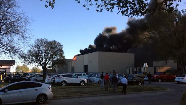 Plane crashes into building at Wichita Mid-Continent Airport.  http://t.co/QuacQyarzB http://t.co/nXv2epN4uF