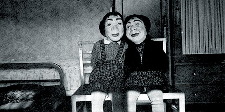 28 Scary Vintage Photographs Of Haloween Outfits http://t.co/Tv60E7gqWZ http://t.co/qXe5PECK4q