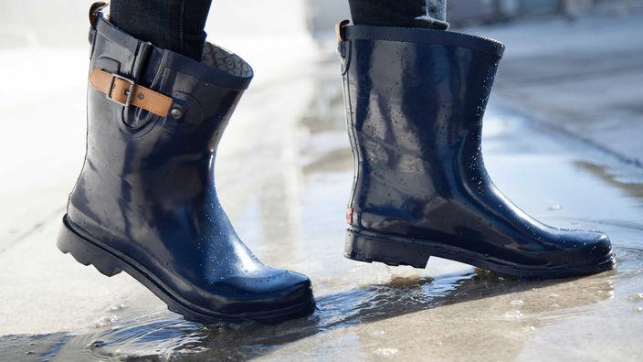 These moto-style rain boots will keep you chic and dry: http://t.co/CTlbUfrTPJ http://t.co/D7vsGtRmmc