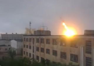 プロトン打上げ失敗の動画です。  どんなに遠い場所でのロケット爆発でも爆風で窓ガラスが割れるシーンです。 よーく見て下さい。http://t.co/LQVbAuiikU http://t.co/RZqmtlCIB5