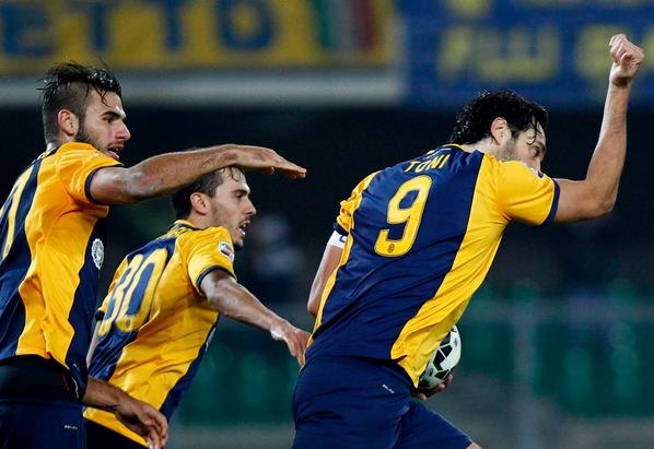 Luca Toni dopo il gol nel posticipo Verona-Lazio 1-1 di Serie A.