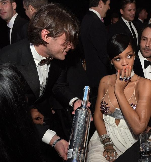 #Rihanna receiving a gift of #BelvedereVodka @ the @amFAr Inspiration Gala last night in Los Angeles @rihanna #amfAR http://t.co/skRxSxzudY