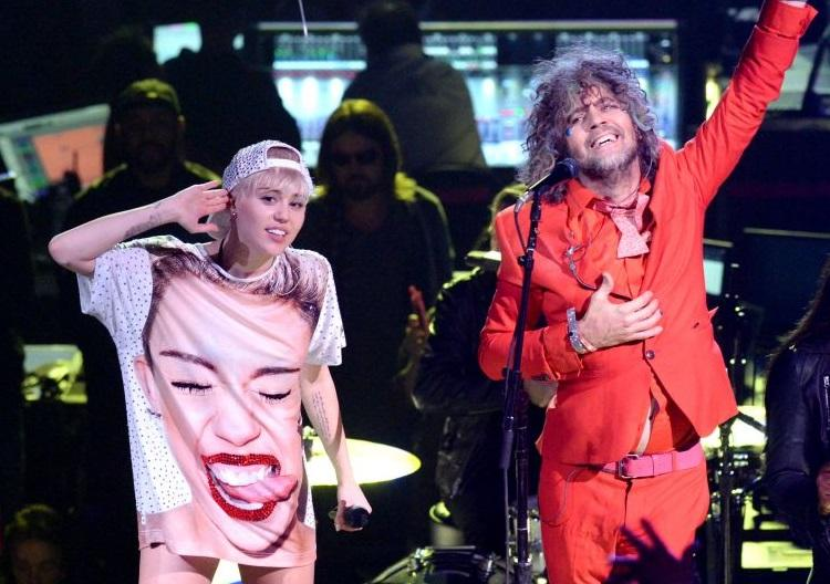 #MileyCyrus gets a trippy #FlamingLips-related #tattoo! Check out her new ink! --> http://t.co/VbaeaokgGc http://t.co/FgHtlTLvLS