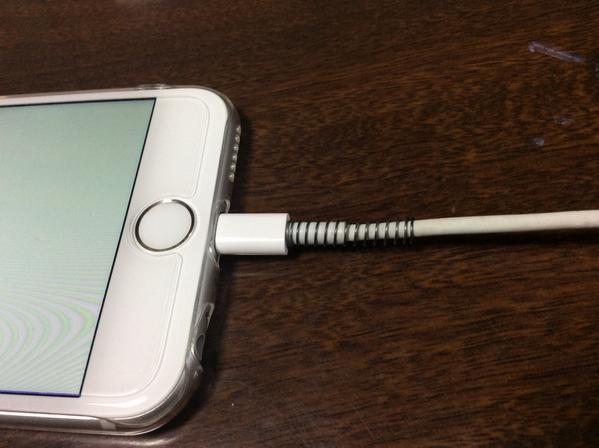 Apple製品を買ったら一番最初にする事は、充電コードの根元をボールペンのバネで補強する事。これをやってから千切れ無くなった pic.twitter.com/uytFYiSmhR