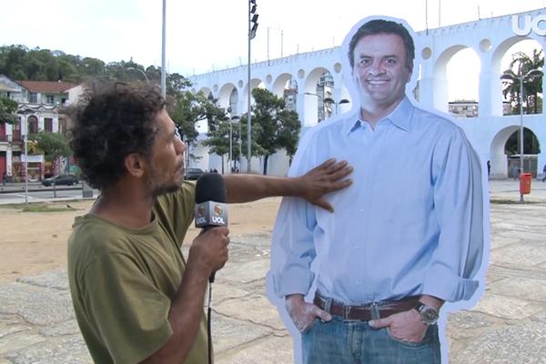 'Aécio de papelao' vai às ruas depois da derrota, interage com o público – veja isso http://t.co/w55Bwb6oxM http://t.co/cGbIQ7JUel