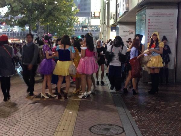 渋谷は通行人の半数近くが仮装者という異常事態!!www #ハロウィン http://t.co/DotycNRh6W