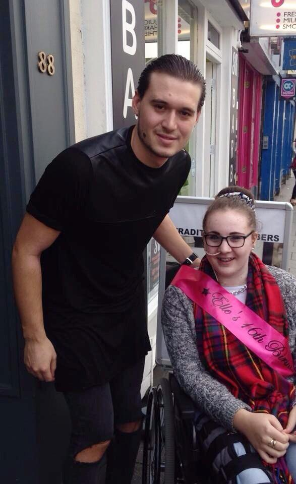 RT @elle_gracey1234: it was lovely to meet you yesterday @charlessims_ thank you so much for my mums lovely cakes and picture💗 http://t.co/…