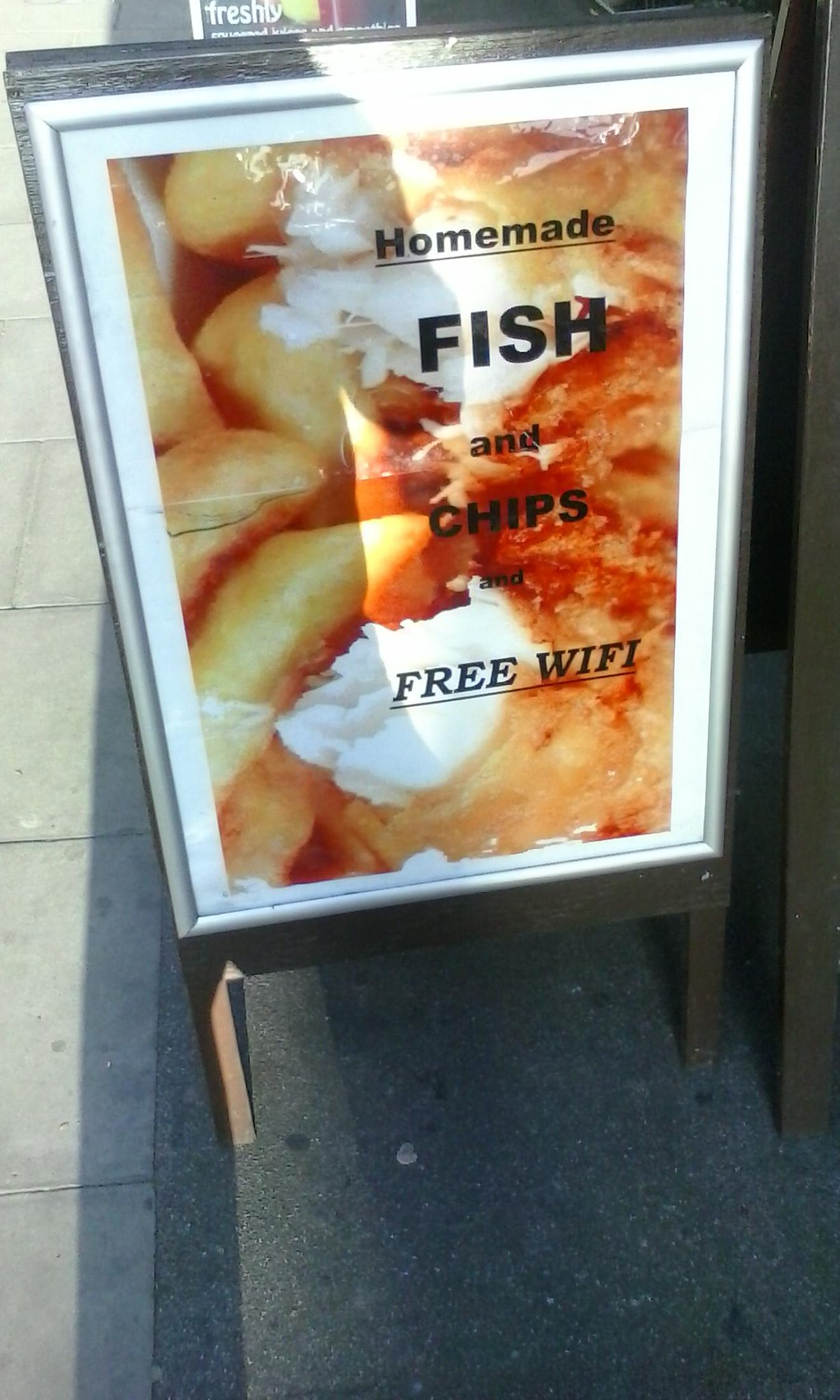 RT @CHIMPOMCR: Bit more WiFi on my chips please luv http://t.co/7Sm0ylSkTc