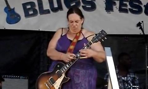 【神演奏】見た目は太ったおばさんなのにギターを弾かせたら凄テクの52歳女性ギタリスト - http://t.co/Ir8JCvCu20 http://t.co/wVP8KjfKoI
