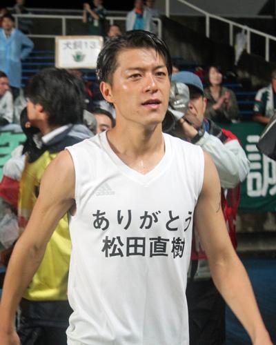 2011年に在籍した松田直樹氏の名前が書かれたTシャツを着る田中隼磨選手。 http://t.co/Vq3myNNOvf #yamaga #Jリーグ #サッカー http://t.co/8uMiWpGhCq