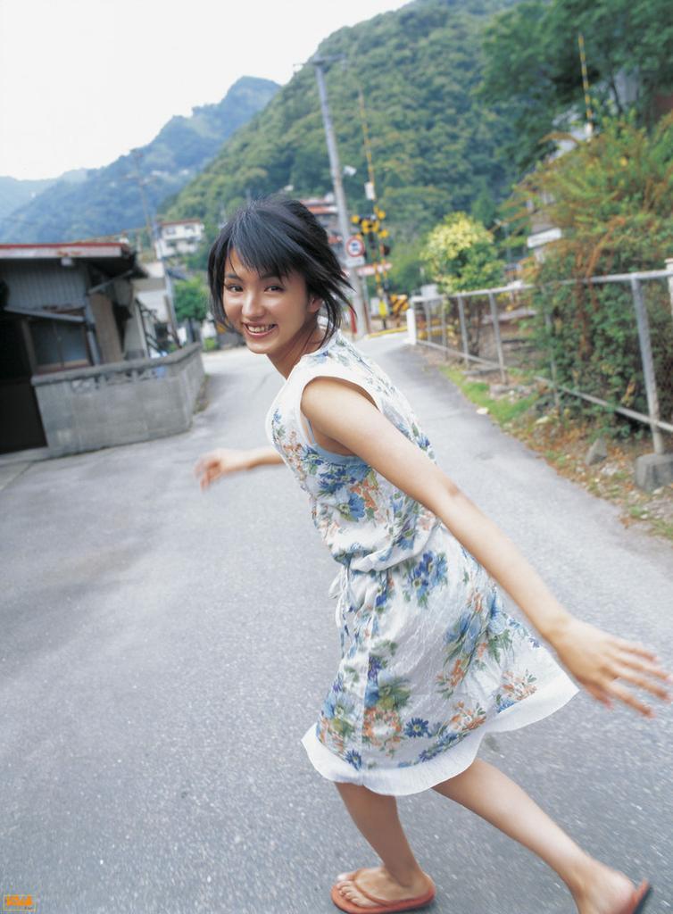 花柄のワンピースを着て走っている満島ひかりのかわいい画像