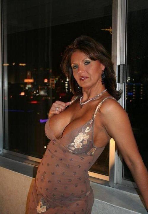 round nude boobs gif