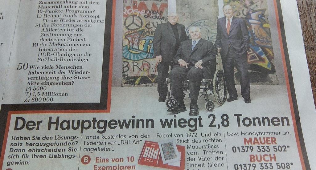 Also ich finde, jetzt übertreibt Maike #Kohl aber mit der Vermarktung ihres Mannes. #Mauerfallpic.twitter.com/v4RPJarOvM