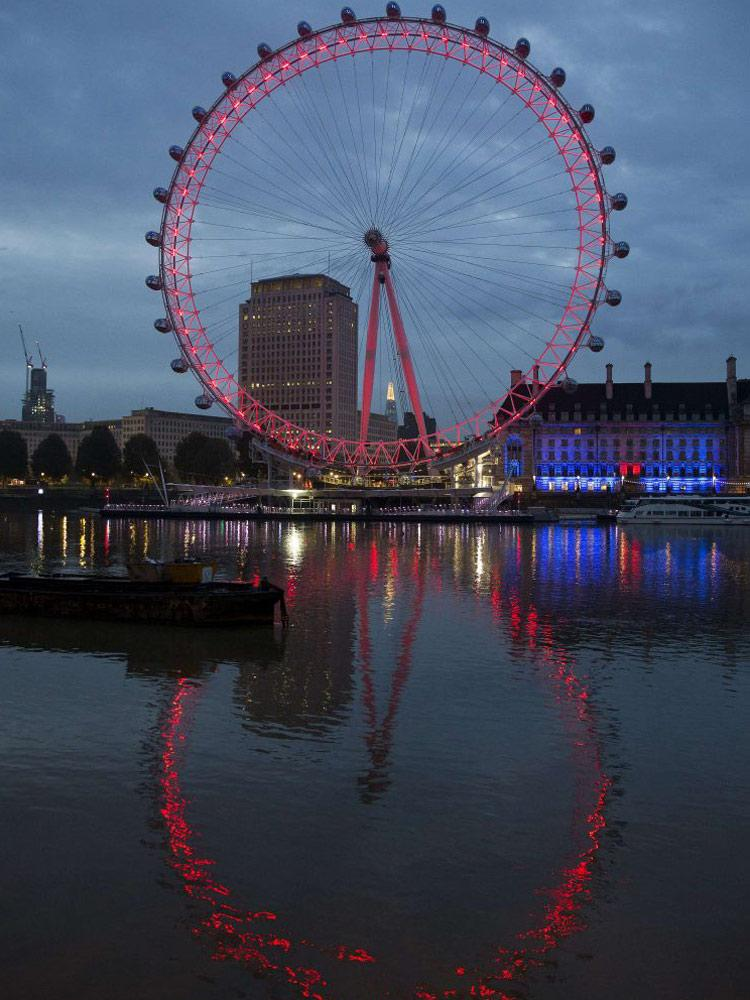 The London Eye is lit up to mark Remembrance Sunday http://t.co/aZpz93FInf http://t.co/RbyMvnKx0f (via @standardnews)