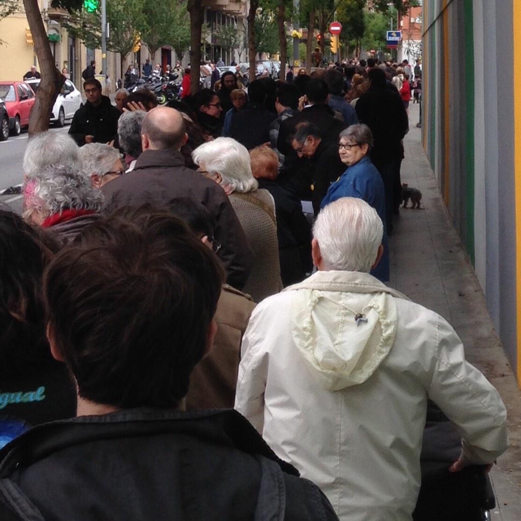 Antidemòcrates fent una hora de cua per votar http://t.co/RGB9aqDf2z