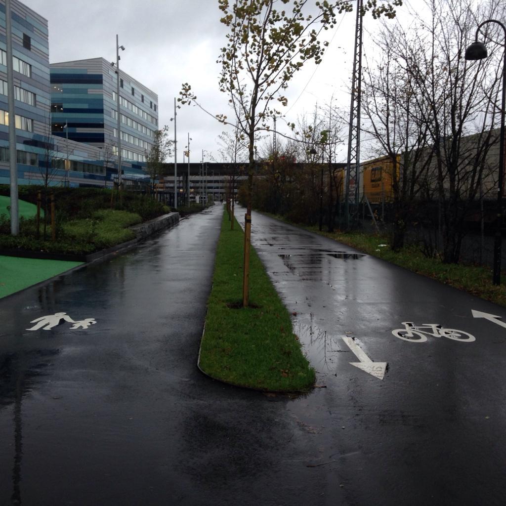 Man lærer. Ingen 'gang og sykkelvei' vederstyggelighet utenfor AdO arena. Godt med sykkelparkering også. http://t.co/LUgEJB58DV