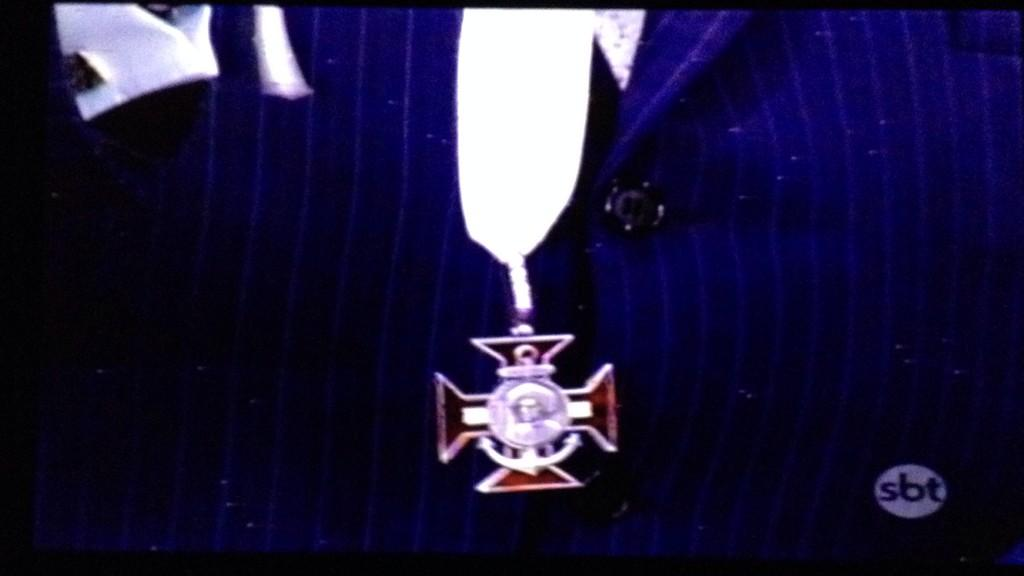 """@comentv: Silvio Santos recebendo o título de Comendador! @DaniloGentili tem concorrência nobre no SBT agora http://t.co/RvCftTef29"""