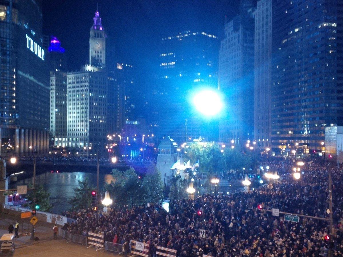 Thousands on Chicago River for #Wallenda .... breezy! http://t.co/v8OZ1aELtX